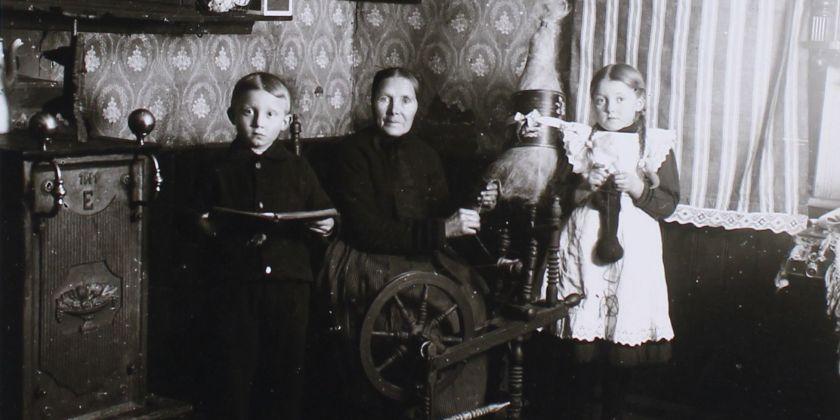 Beisammensein in einem Bauernhaus zur 'Blauen Stunde', um 1920 (Bildnachweis: Stadtarchiv Lübbecke)