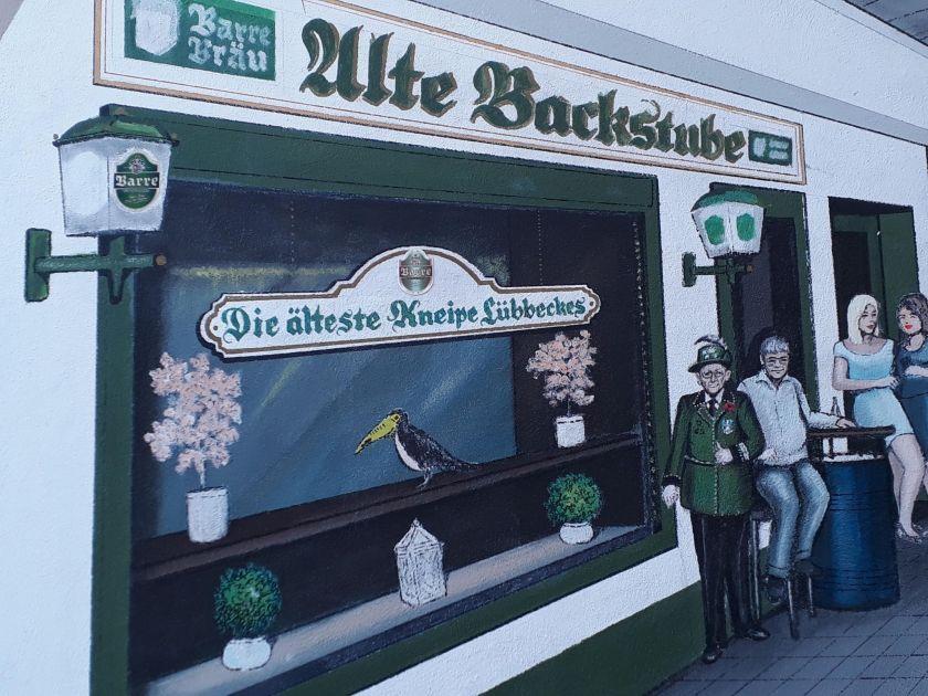 """Die Wandmalerei des Hamburger Malers Peter Käshammer ziert den Eingangsbereich der Kneipe """"Zur Alten Backstube"""""""