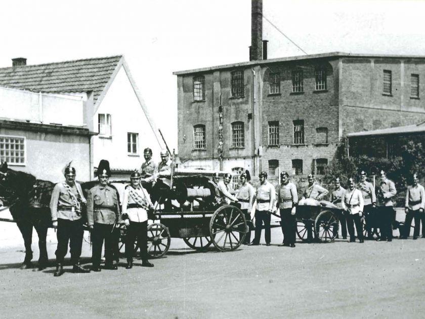 B1 - Festumzug 75 Jahre Freiw. Feuerwehr LK, Gruppe auf ehem. Posthof, Mai 1949 (Bildnachweis: Stadtarchiv Lübbecke)