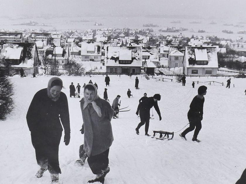 Rodeln oberhalb der Reineburgstraße, Lübbecke, Januar 1968 (Bildnachweis: Stadtarchiv Lübbecke)