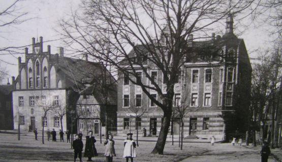 Marktplatz mit Altem Rathaus um 1900 (Bildnachweis: Stadtarchiv Lübbecke)